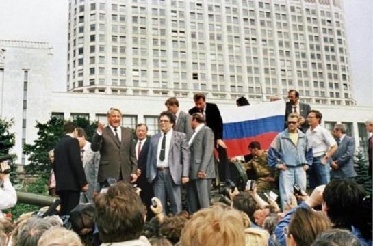 1991. Jelcin a moszkvai puccs alatt..jpg