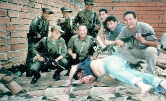 1993. Pablo Escobar kolumbiai drogbáró holttestével pózol a rajtaütésben résztvevő osztag..jpg