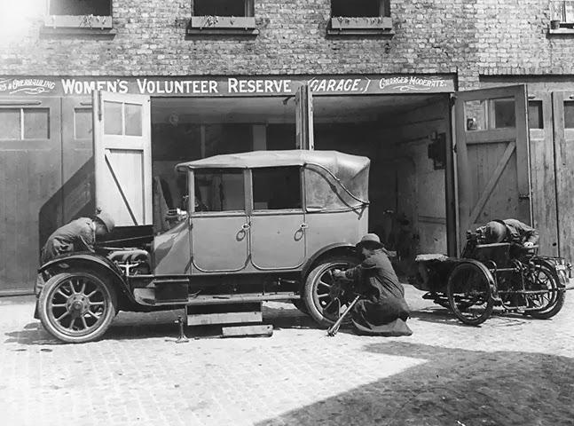 1916. Női önkéntesek autót szerelnek a háborúba behívott férfiak helyett..jpg