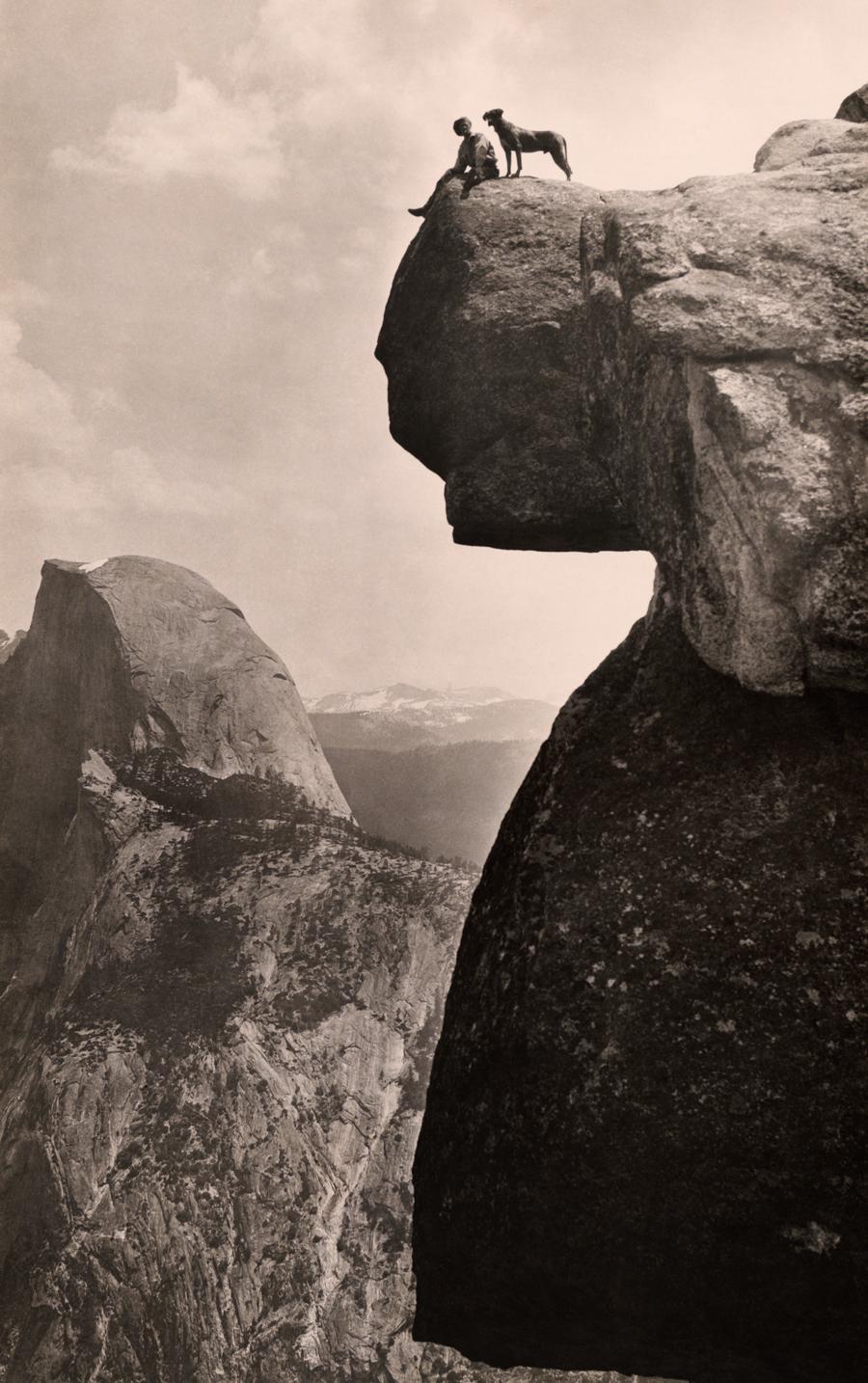 1924. Férfi a kutyájával a Yosemite nemzeti park egyik szikláján..jpg