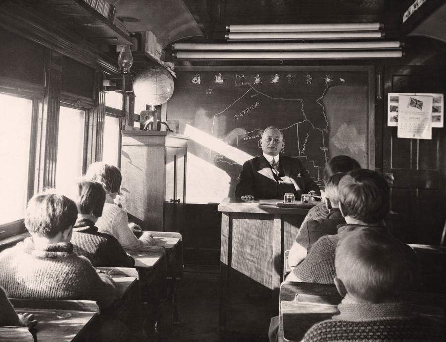 1932. Vasúti kocsiban berendezett iskola, oka ismeretlen. Ontario, Kanada.jpg