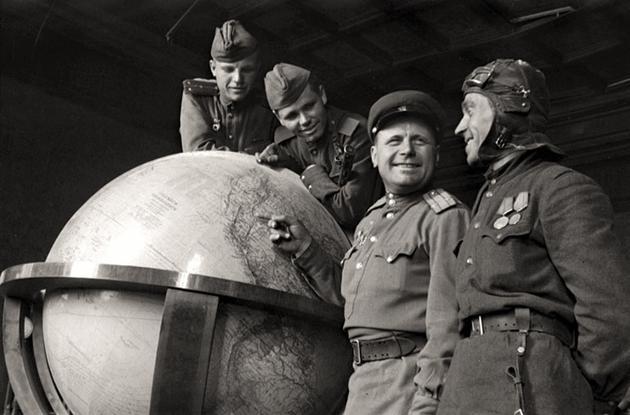 1945-soviet-soldiers-hitlers-globe.jpg