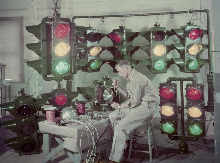 1947. Louisiana, USA. Közlekedési lámpa készítő iparos..jpg