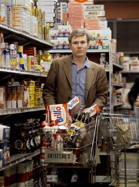 1965. Andy Warhol bevásárol. Kosarában ott a Campbell leveskonzerv is!.jpg