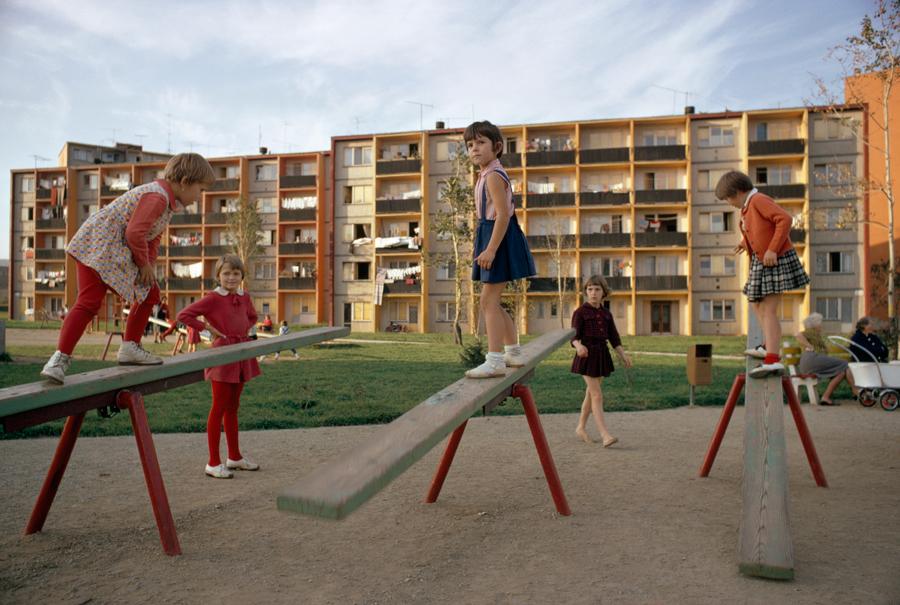 1966. Csehszlovák lakótelepi játszótér..jpg