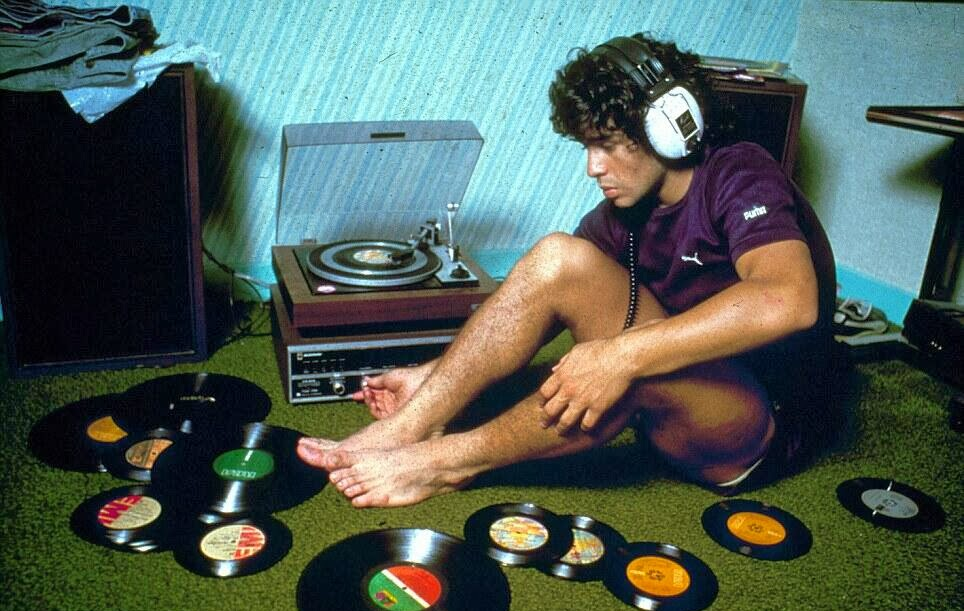 1980. Diego Maradona zenét hallgat.jpg