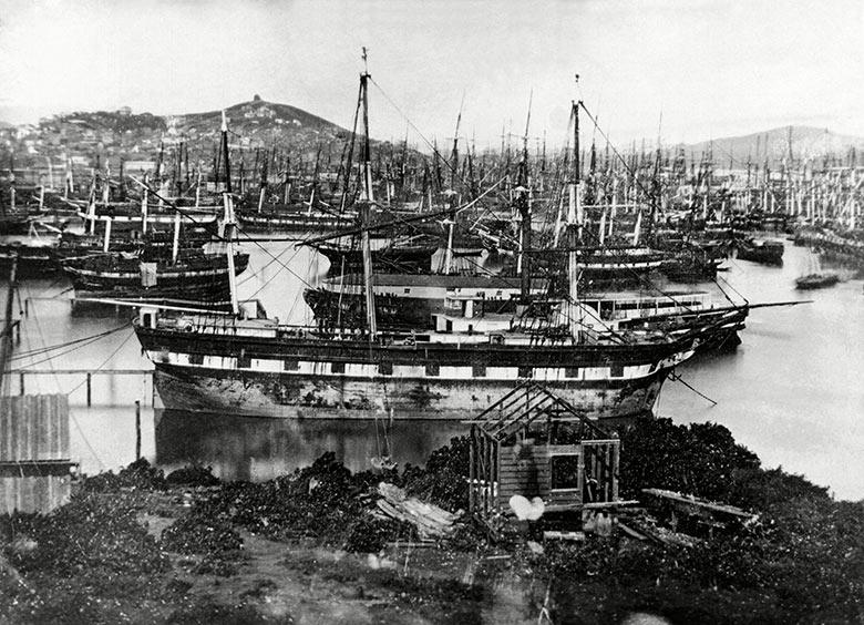 1850. A kaliforniai aranyláz idején elhagyott hajók a san franciscoi kikötőben, Matrózok és a világ minden részéről érkezett szerencsevadászok hagyták el hajóikat..jpg