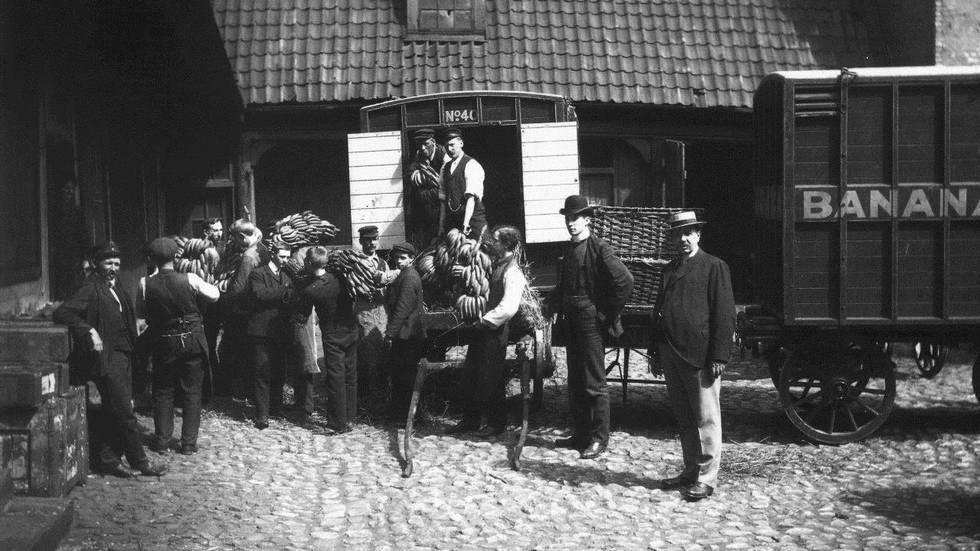 1905 Az első banán érkezik Norvégiába (Radhusgaten, Oslo)..jpg