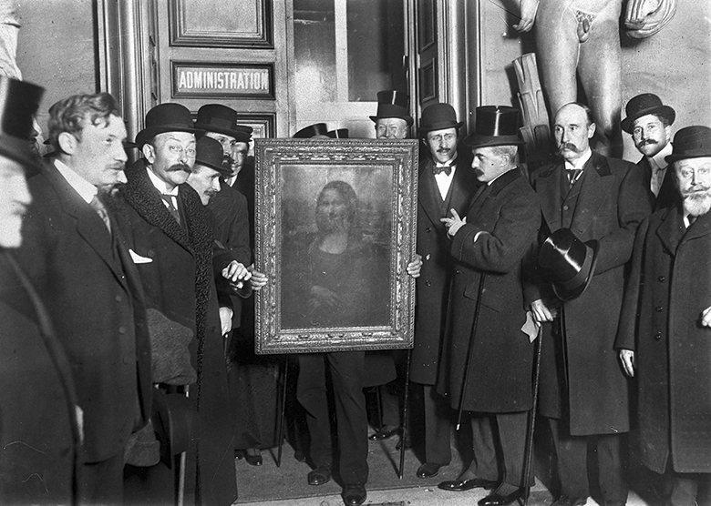 1913. Az ellopott Mona Lisát megtalálják a tolvaj Vincenzo Peruggia hotelszobájában. A képet a Louvre felújítása alatt lopta el. Olaszországban akarta eladni, egy évet kapott mindössze..jpg