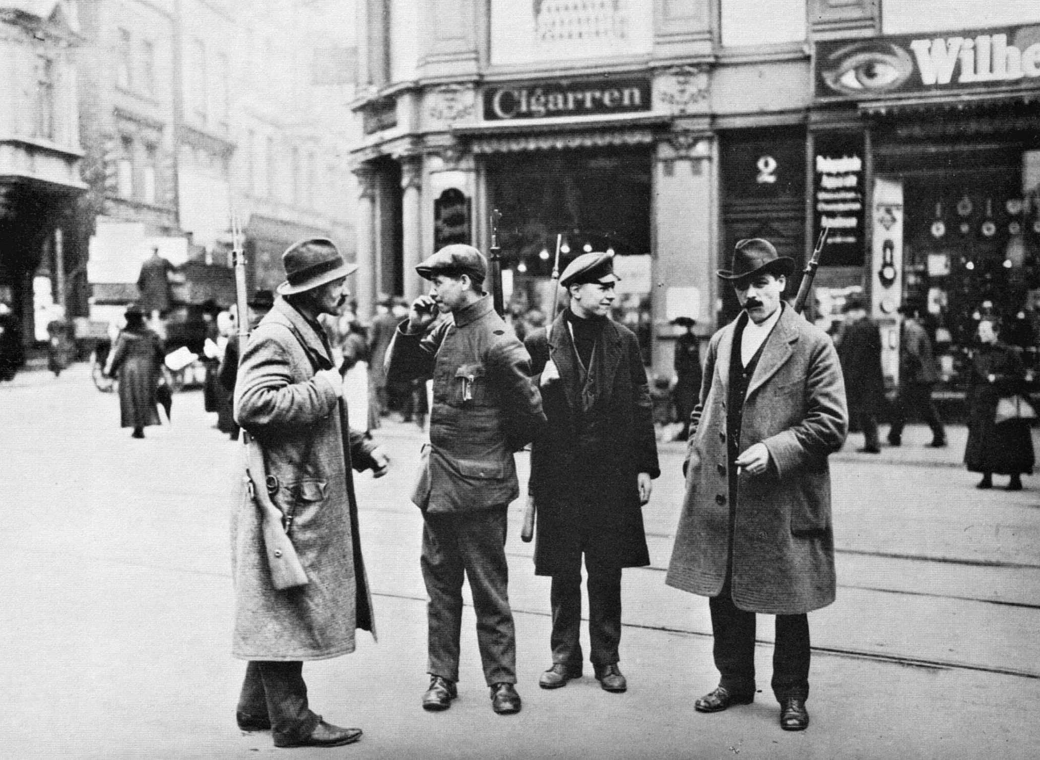 1920. Ruhr vidéki felkelés alatt, kommunisták járőröznek Weimarban..jpg