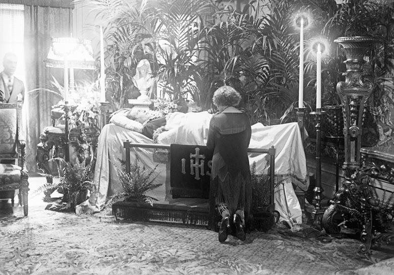 1926. Rudolph Valentino temetése New York-ban..jpg