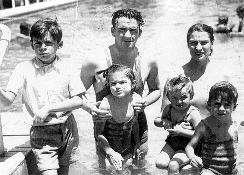 1936. Che Guevara (balra, 8 évesen) családjával. Állítólag az asztmája miatt nem fürödhetett azon a nyáron..jpg