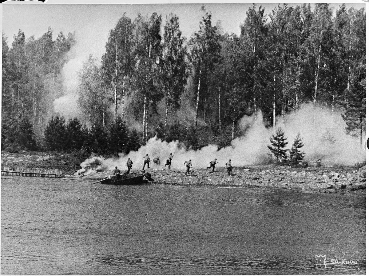1941. Második szovjet-finn háborúban, finn osztag kel át egy folyón..jpg