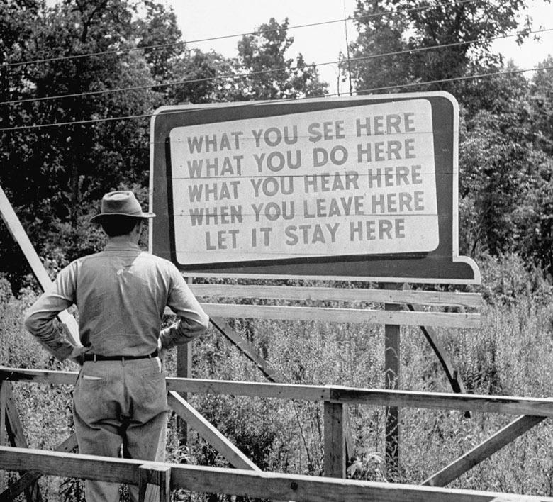 1945. Titoktartást hirdető tábla a Manhattan-project idején (atombomba kisérletek)..jpg