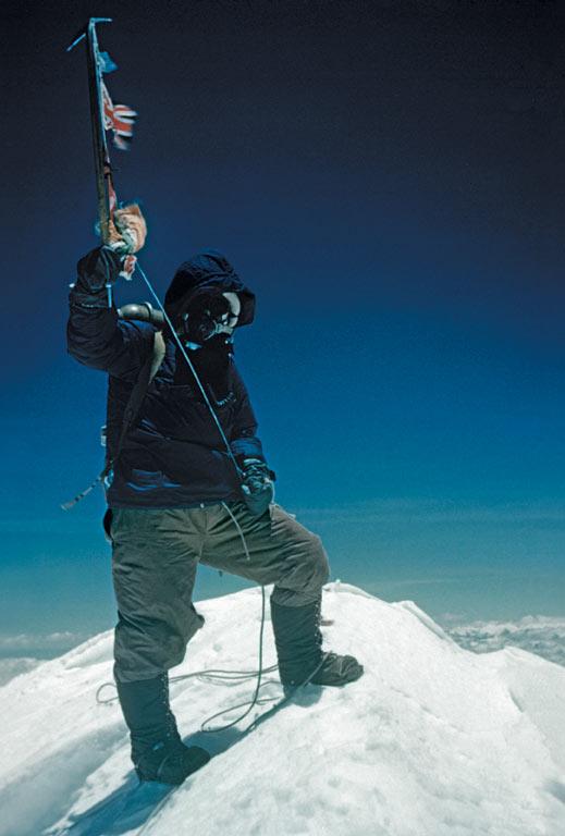 1953. Tenzing Norgay a Mount Everest-en, Hilary készítette róla a képet. Amikor Tenzing is felajánlotta, hogy csinál egy ugyanilyet Hilaryről, ő visszautasította..jpg