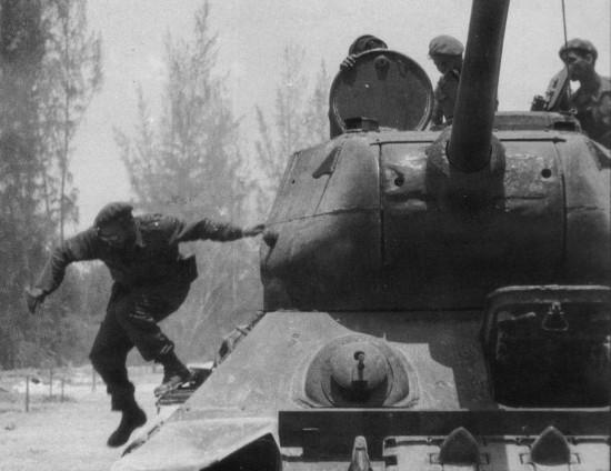 1961. A disznó-öbölbéli amerikai támadás idején Castro ugrik le egy tankról..jpg