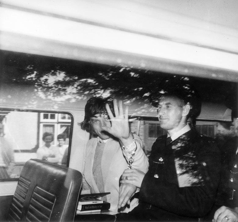 1967. A Rolling Stones énekesét Mick Jaggert amfetamin birtoklásáért 3 hónap elzárásra ítélték. Útban a fegyházba..jpg