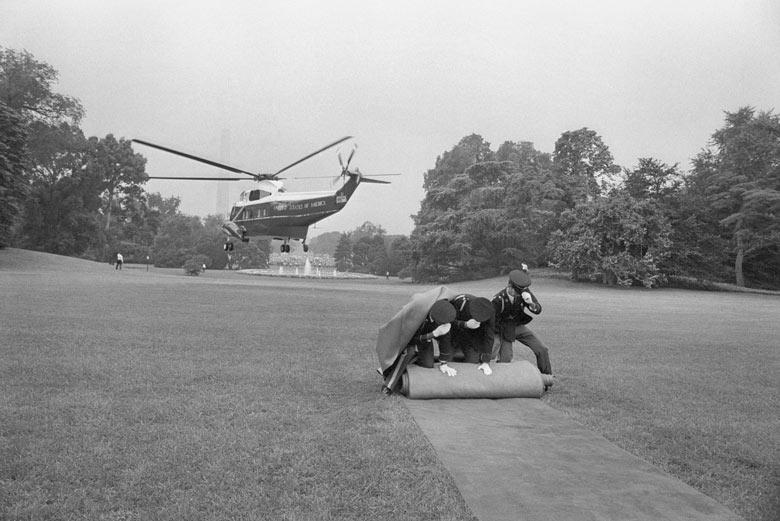 1972. Nixon távozik a Fehér Házból a Watergate botrányt követő lemondása után..jpg