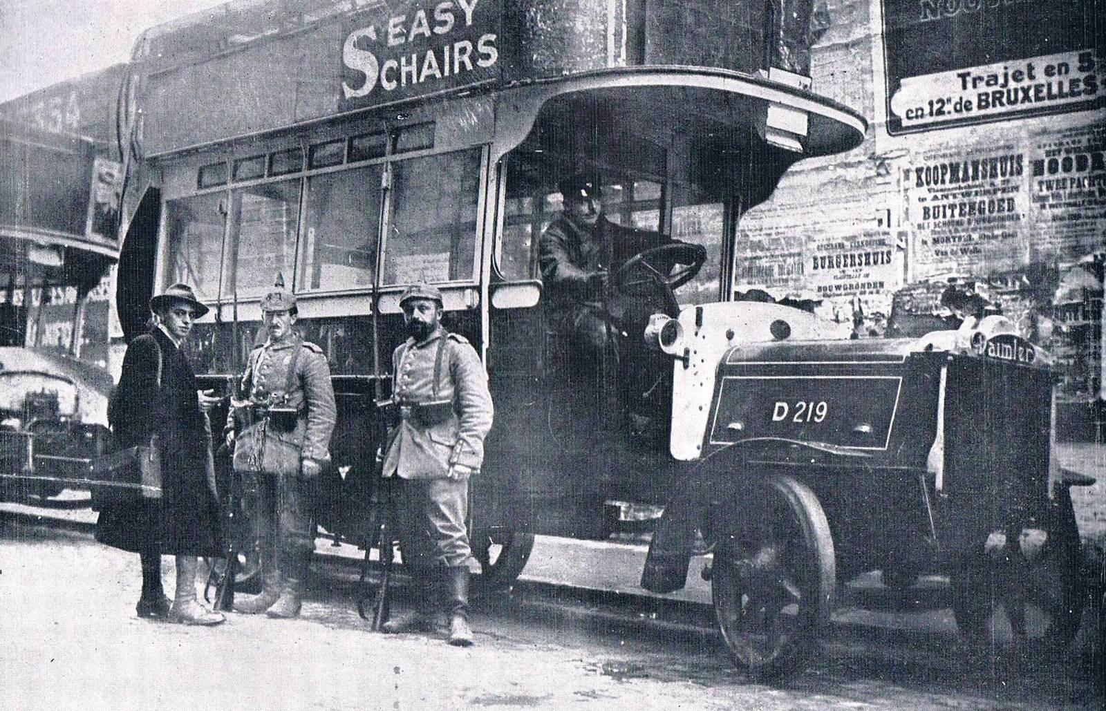 1914. Német katonák egy zsákmányolt londoni emeletes busszal Belgiumban. A buszt a brit csapatok szállítására hajózták be Brüsszelbe..jpg