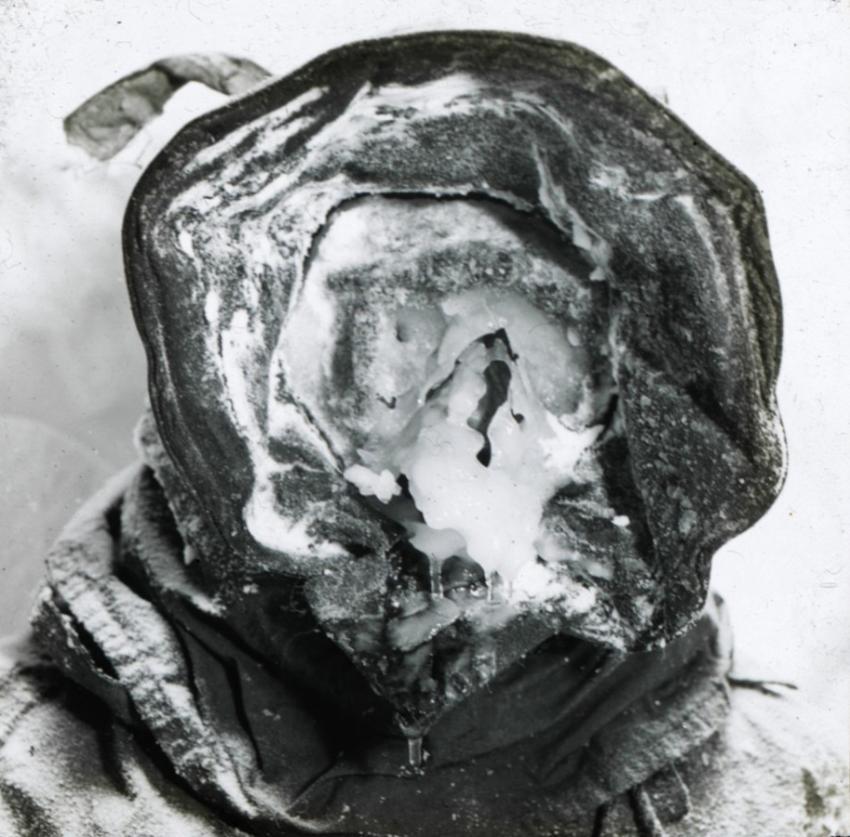 1917. Ez nem egy halott, hanem Cecil Madigan ausztrál felfedező Antarktiszi expedícióján teljesen ráfagyot jégmaszkban..jpg