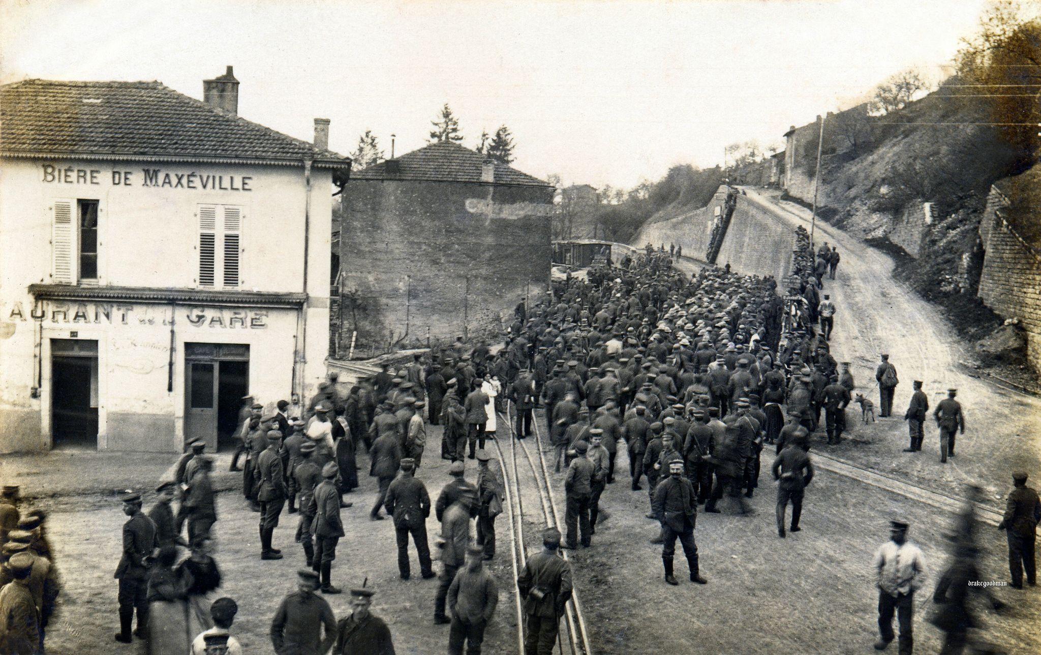1918. A német Kirschblüte akció során bekerített amerikai hadifoglyok Franciaországban..jpg