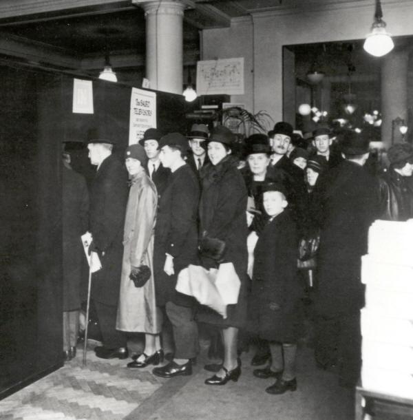 1925. Kígyózó sor Londonban a Selfridge áruházban. Mindenki az új csodát, a TV-t szeretné látni..jpg