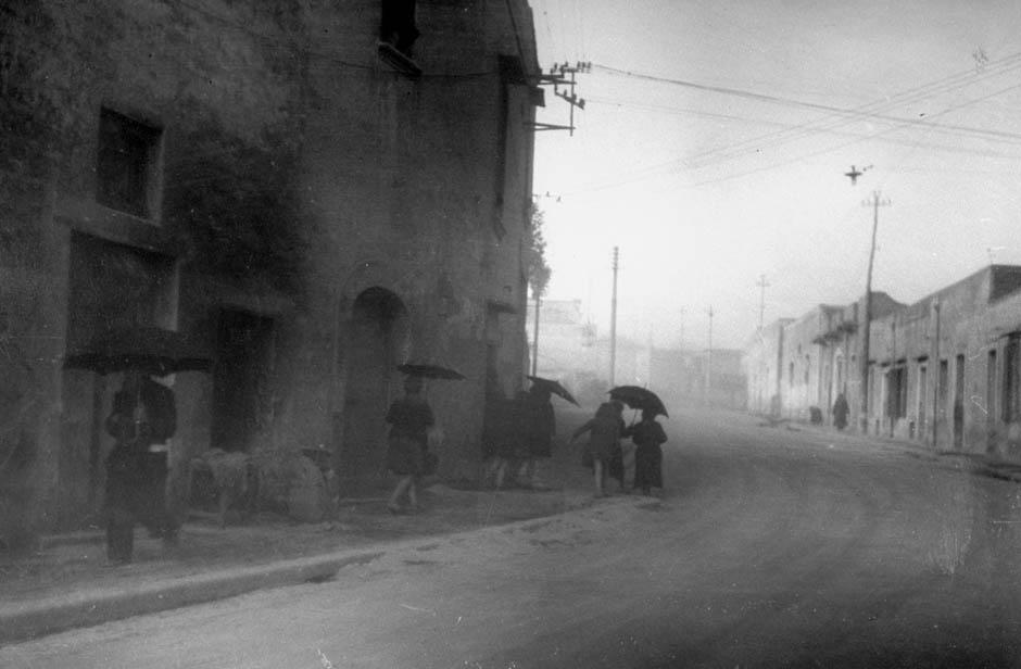 1944. Hamueső a Vezúv utolsó nagy kitörésekor, amely elpusztította a vulkán lejtőjén fekvő Massa di Somma és San Sebastiano al Vesuvio településeket. A kitörés végére a vulkán 200m magas kürtője beomlott..jpg