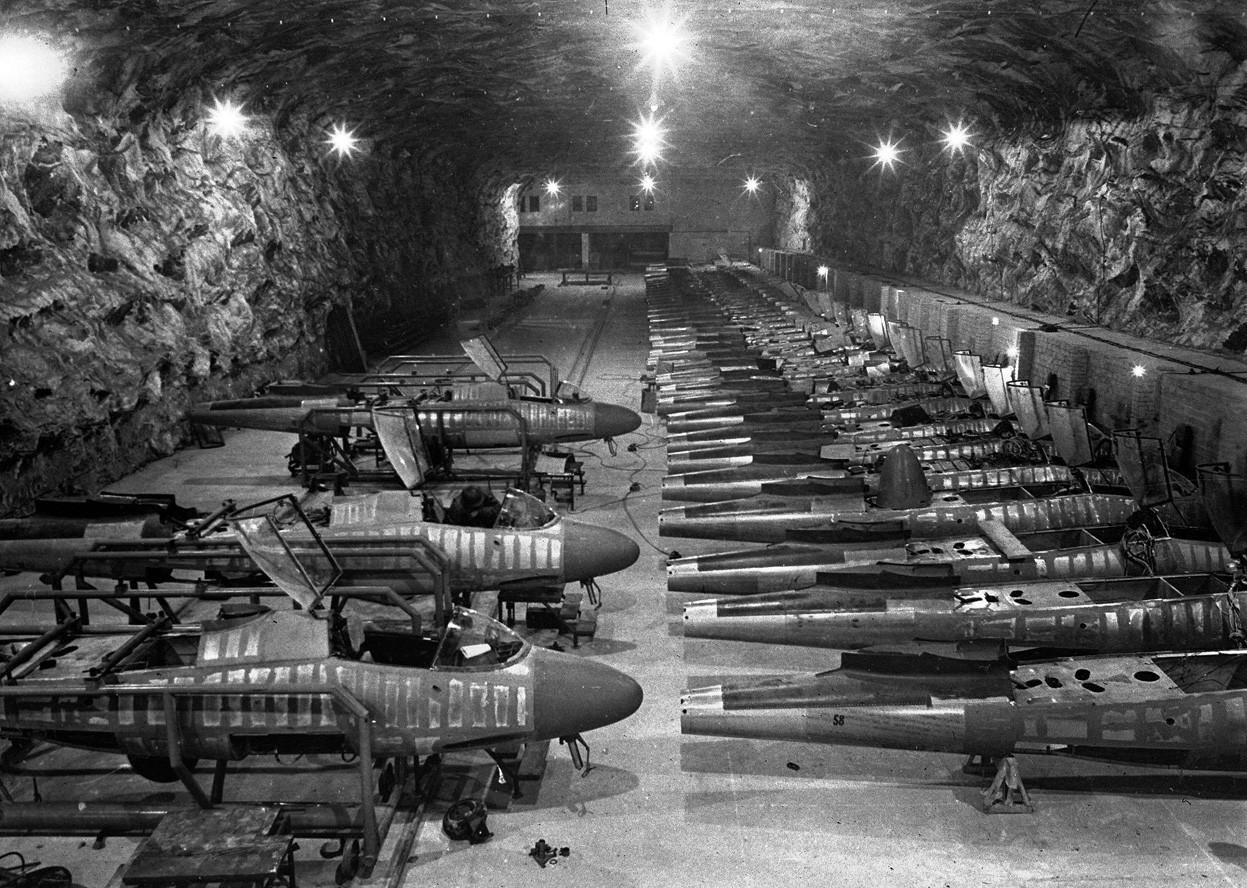 1945. Félkész Heinkel gépek egy sóbányában 300 (!) méterrel a föld alatt. Magdeburg ostromakor találtak rájuk..jpg