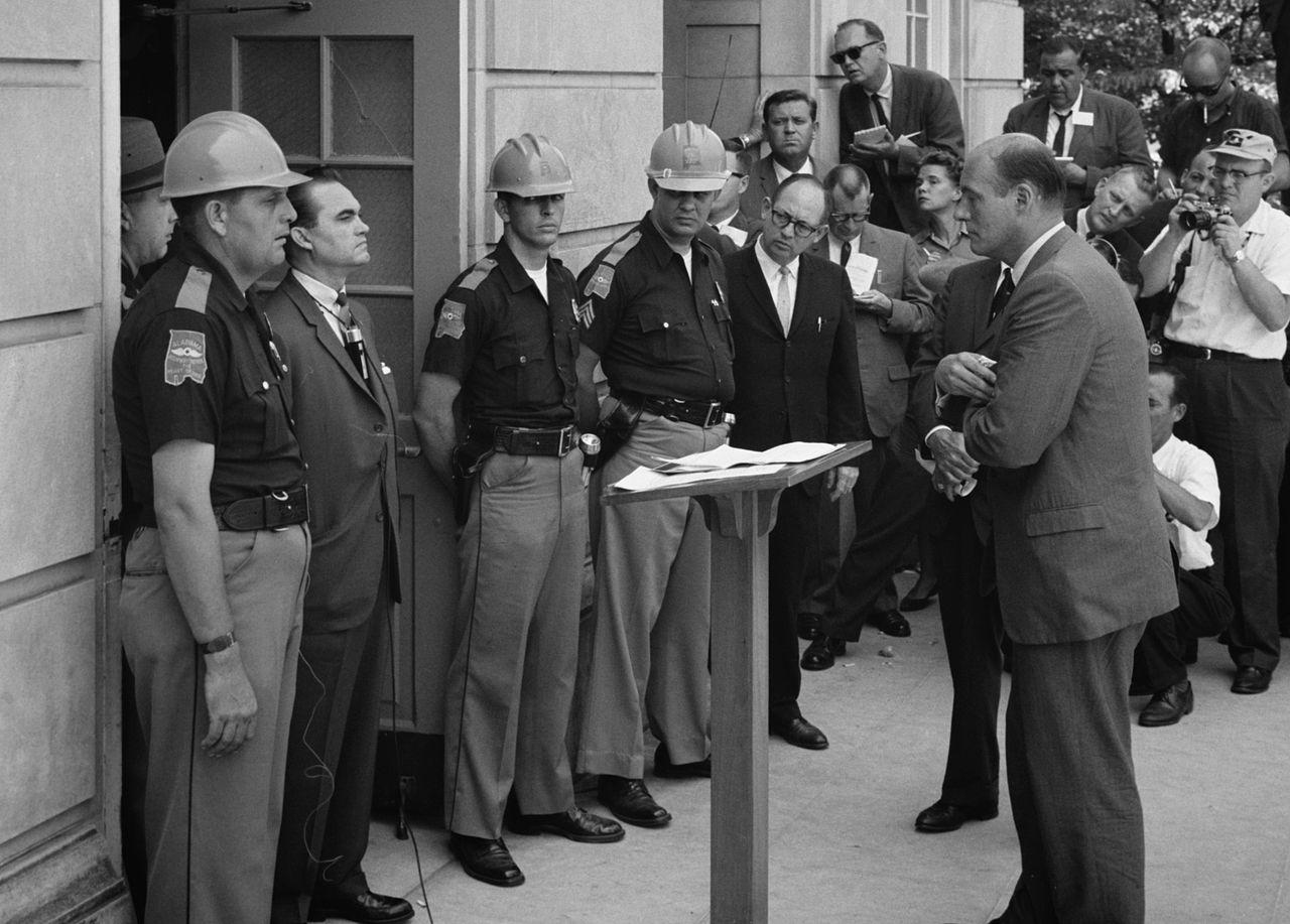 1963. George Wallace az alabamai egyetem ajtajában.jpg