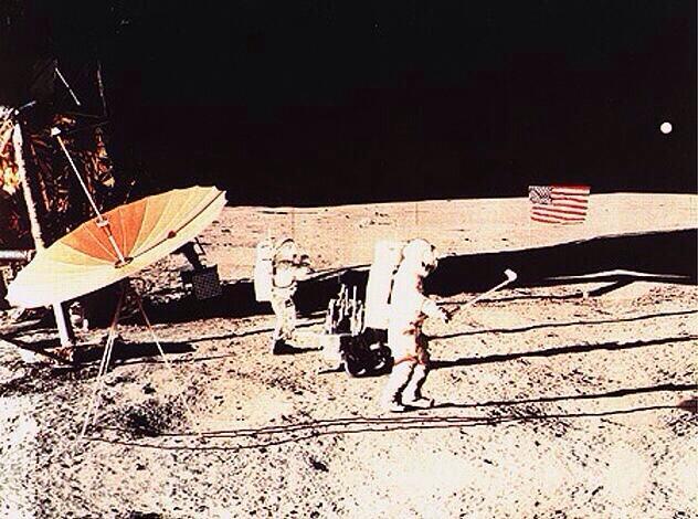 1971. Alan Shepard golfozik a Holdon..jpg