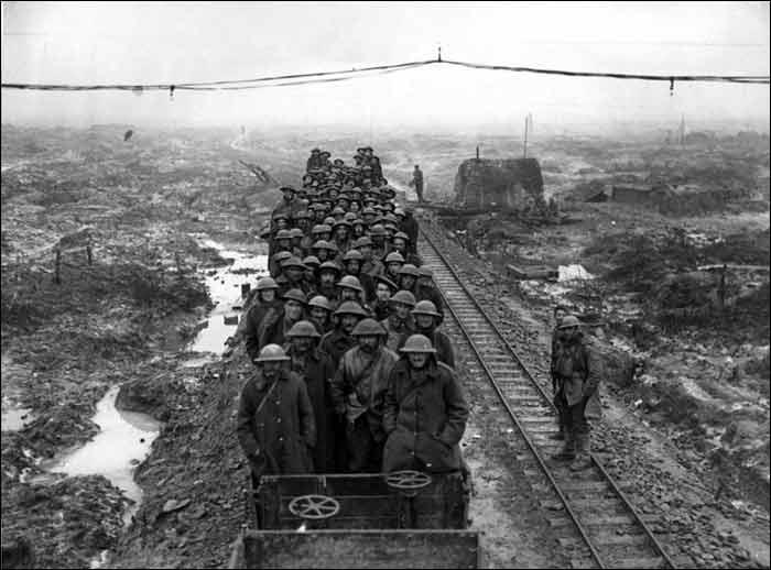 1917. Franciaország, Flandria. Ideiglenesen lefektetett vágányokon mozgatták a katonákat és a muníciót..jpg