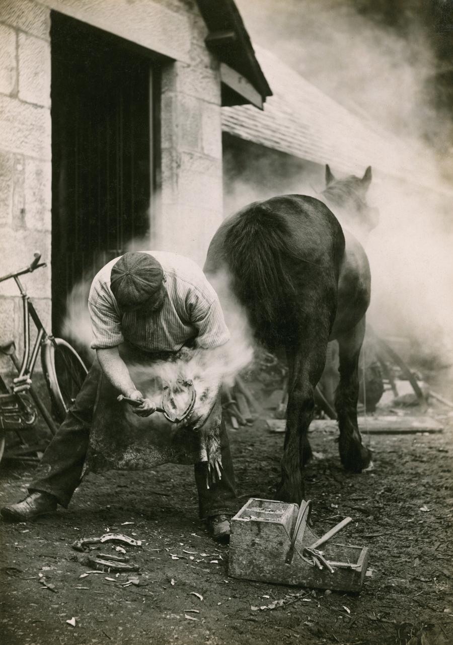 1921. Skócia. Patkolókovács munkában..jpg