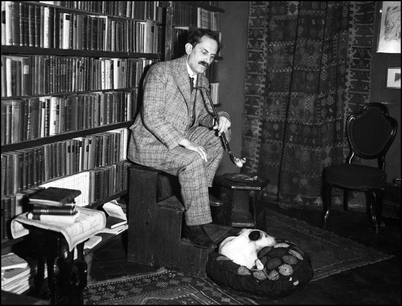 1931. Babits Mihály és kutyája Ádáz.jpg