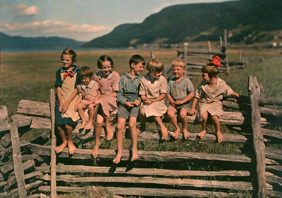 1939. Quebec, Kanada. Hét testvér a farmjuk kerítésén..jpg