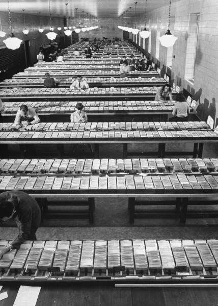 1941. A washingtoni kongresszusi könyvtár katalógusterme. Számítógépek híján papírcetliken vezették a könyvek és a kölcsönzőik adatait..jpg