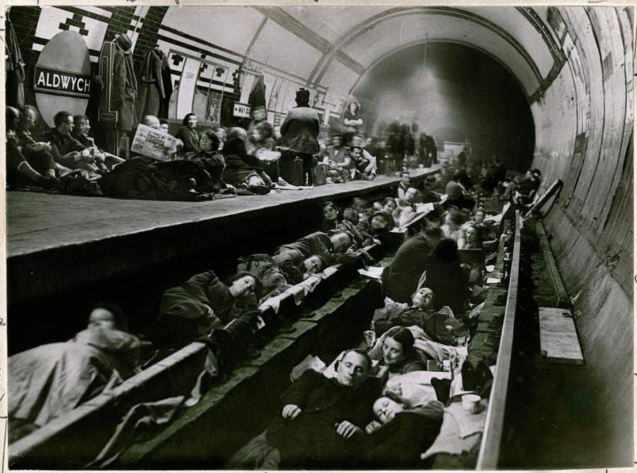 1941. Londoniak a földalattiban éjszakáznak a bombázások miatt..jpg