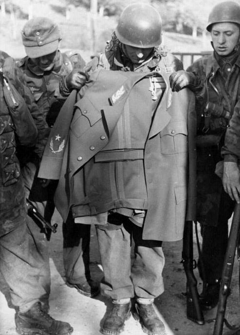 1944. Tito uniformisa. Német ejtőernyősök a Lóugrás hadművelet során kísérelték meg elfogni a későbbi jugoszláv marsallt, de ő az uniformisát hártahagyva éppencsak kicsúszott a kezeik közül..jpg