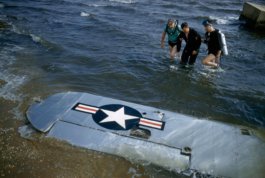 1956. Civil mentők segítik ki a Long Island-nél vízbezuhant katonai epülő pilótáját az óceánból..jpg