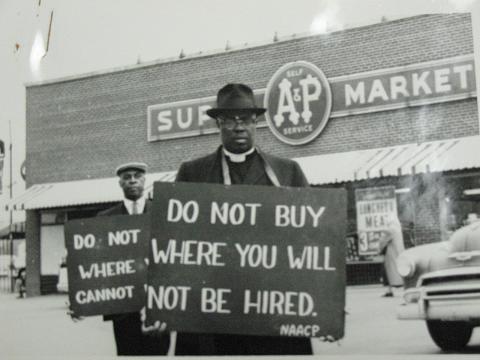 1961. Ne vásárolj ott, ahol nem alkalmaznak - szólítja fel a színesbőrűeket a tábla az emberi jogokért tüntetők nyakában..jpg