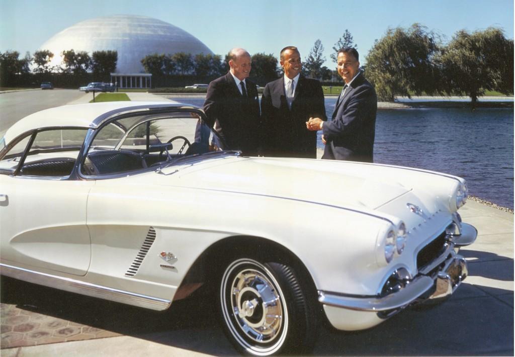 1962. Alan Shepard űrhajós átveszi a GM ajándékát egy Corvettet,.jpg