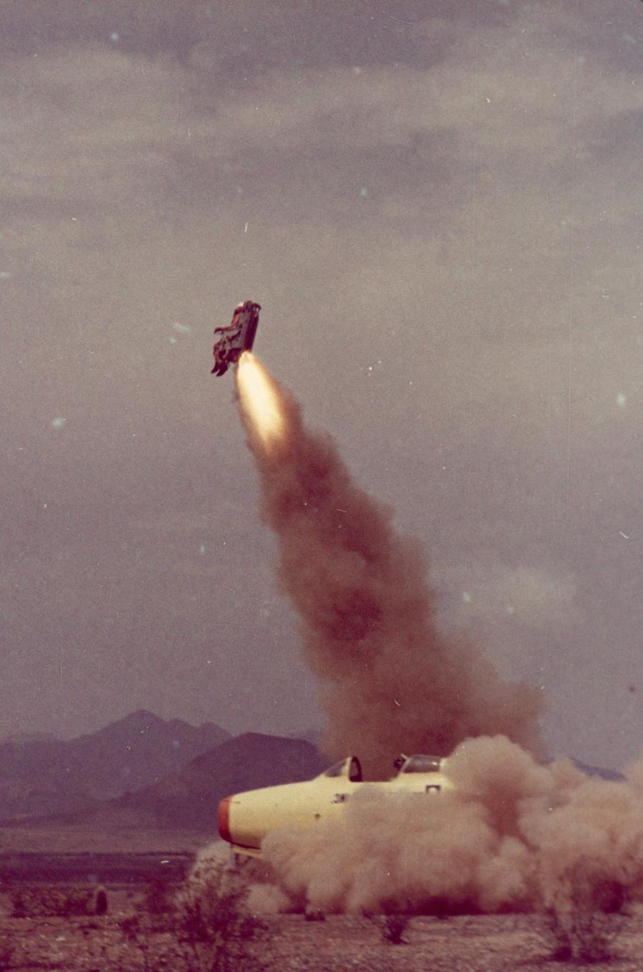1963. USA, Arizona. Mérnökök a katapultülést tesztelik..jpg
