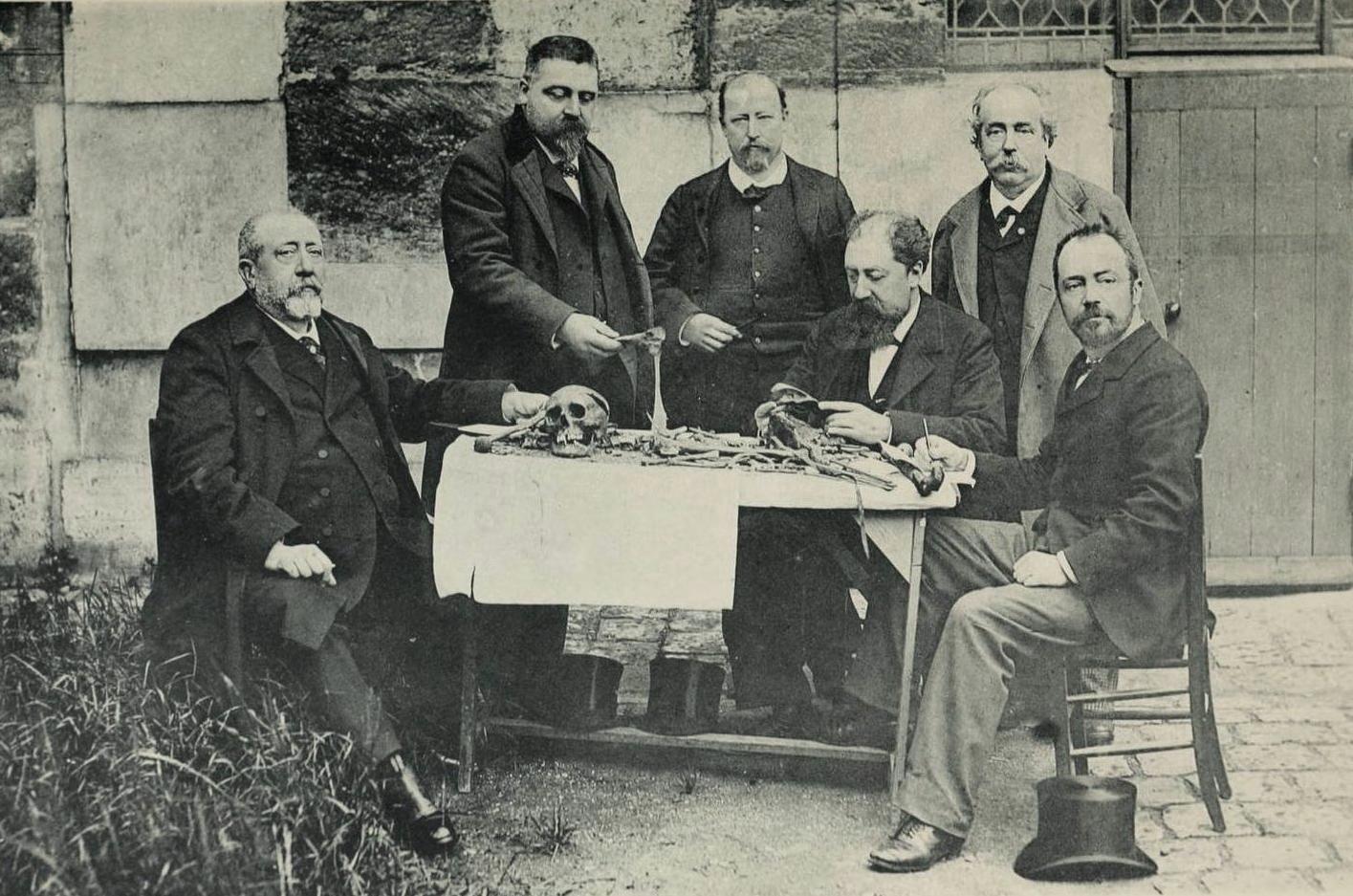 1894. Tudósok egy csoportja XVII. Lajos maradványait vizsgálják..jpg
