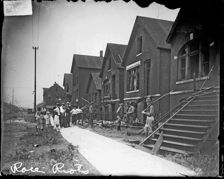 1919. Chicago-i etnikai zavargások után katonák őrködnek a megrongált lakóházaknál. 38-an haltak meg az egy hétig tartó felkelésben..jpg