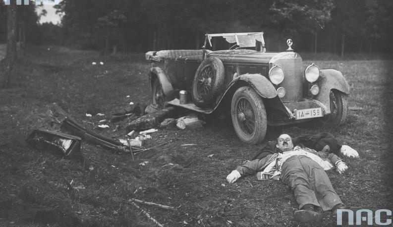 1931. Aleksander Skarżyński, lengyel miniszterelnök holtteste az út szélén autóbalesete után._cr.jpg