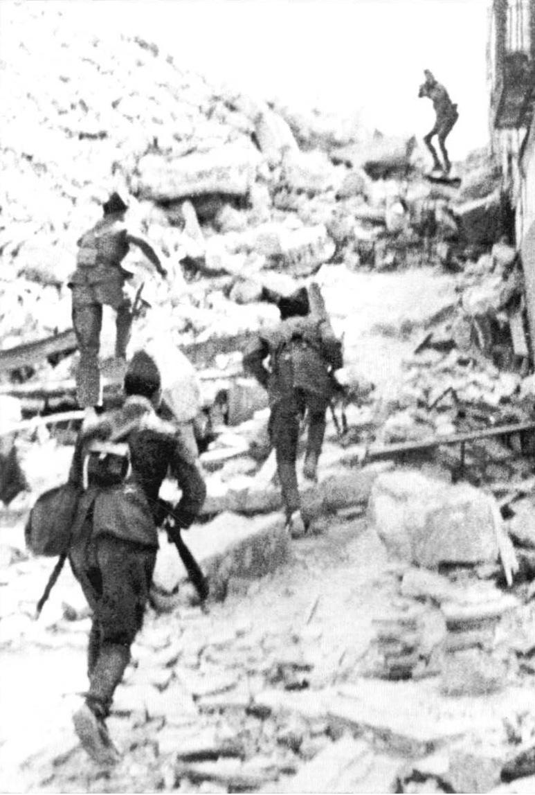 1936. Nacionalisták által üldözött republikánus katona visszafordul és üldözőire lő..jpg