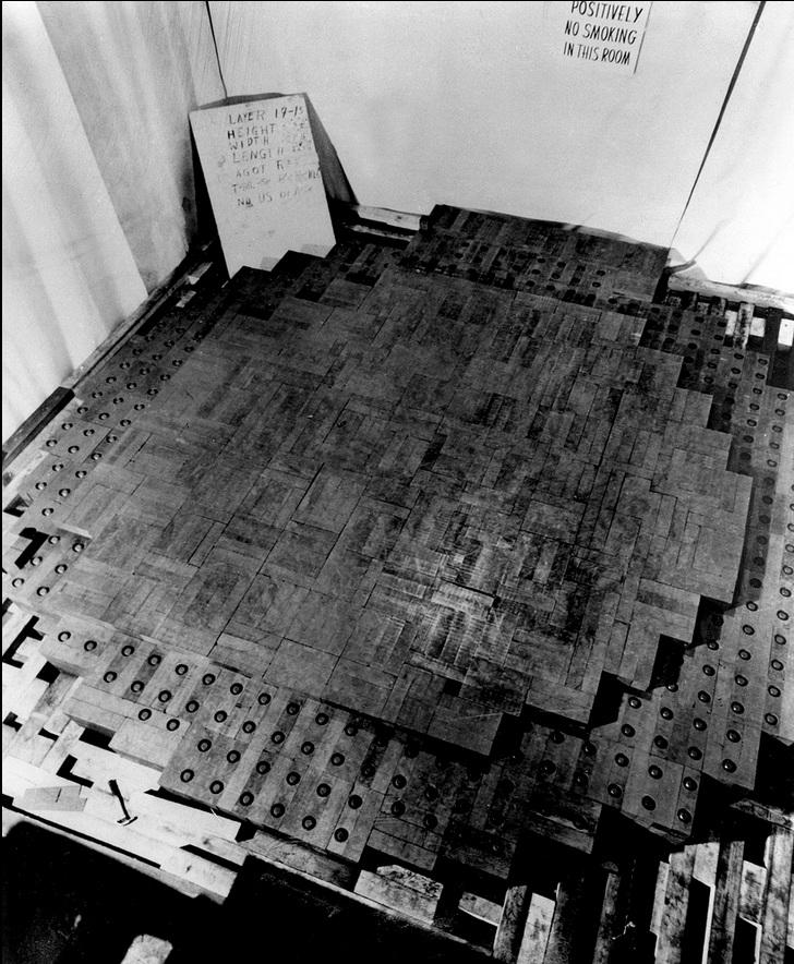 1942. A világ első atommáglyát Szilárd Leó és Enrico Fermi építette meg Chicagoban az egyetemi campuson (!), ezzel igazolták a szabályzott láncreakció megvalósíthatóságát..jpg