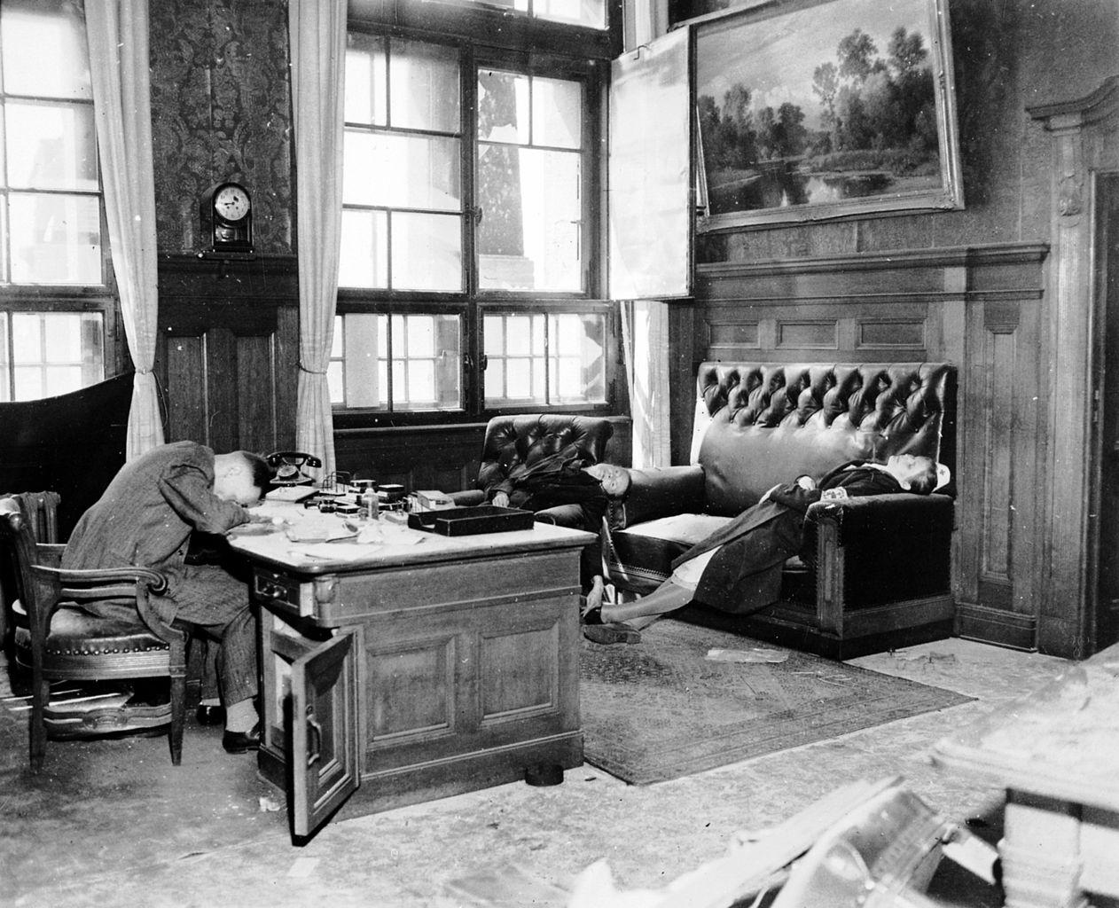 1945. Április 18. Dr. jur. Ernst Kurt Lisso Lipcse alpolgármestere, felesége és lánya ciánkapszulával lettek öngyilkosok a városházán az amerikai csapatok megérkezése előtt néhány órával..jpg