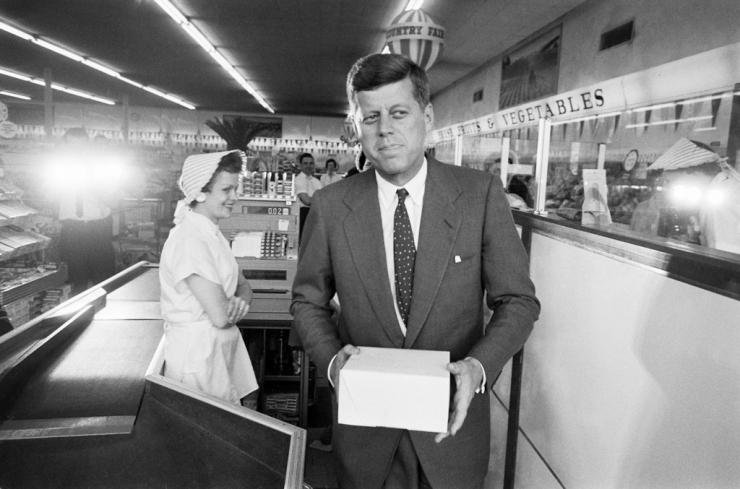 1960. Kennedy szenátor választási kampánykörútján egy nyugat-virginiai boltba tért be fánkot vásárolni..jpg