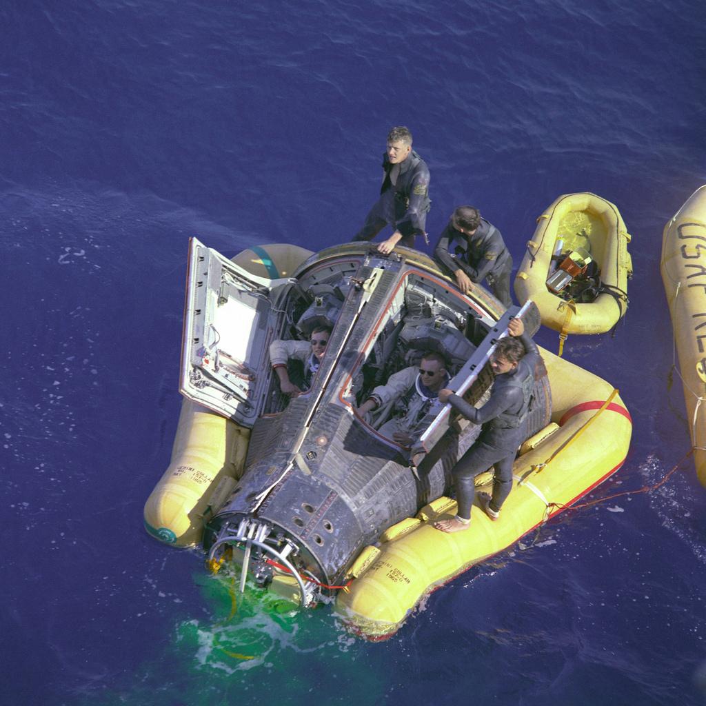 1966. Scott és Armstrong rögtön a földetérés után.jpg