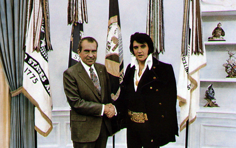 1970. Elvis, Nixonnal fog kezet a Fehér Házban..jpg